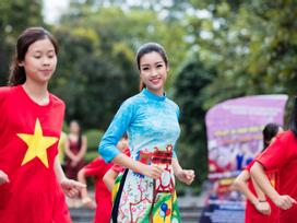 Hoa hậu Mỹ Linh, Á hậu Thanh Tú nhảy flashmob gây 'náo loạn' Hồ Gươm sáng sớm