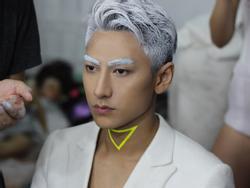 Không còn là nam thần, Isaac nổi loạn với tóc bạc trắng