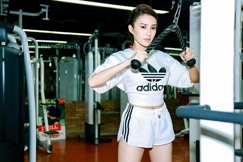 chan dai  le ha the face lo anh tap gym cang nuot hinh anh 2