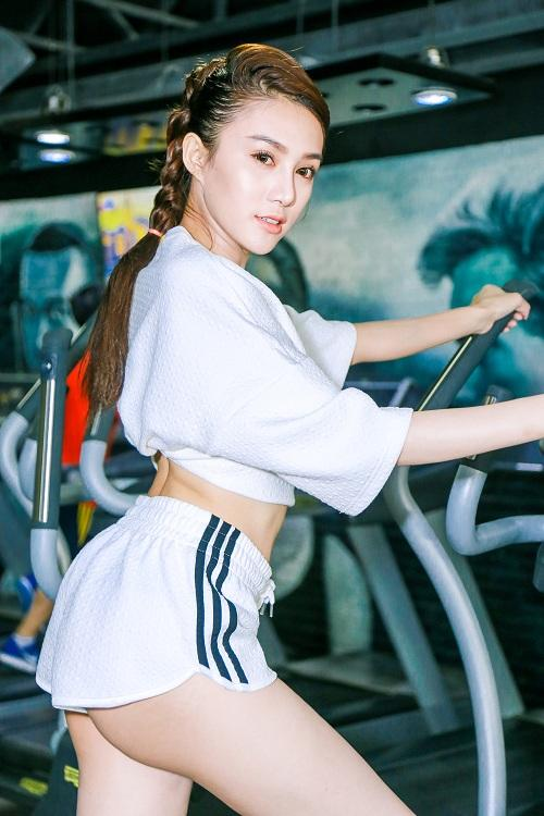 chan dai  le ha the face lo anh tap gym cang nuot hinh anh 6