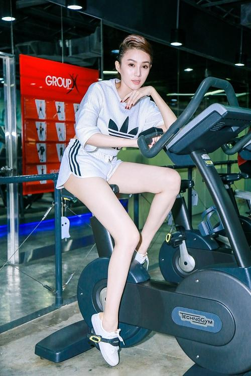 chan dai  le ha the face lo anh tap gym cang nuot hinh anh 9