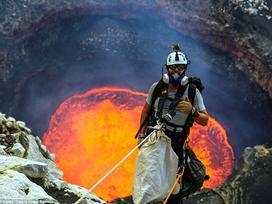 Chụp ảnh bên miệng núi lửa hừng hực dung nham