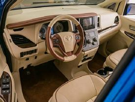 Toyota Sienna minivan độ bánh vàng sang như chuyên cơ