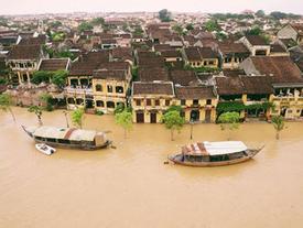 Ghe thuyền vào phố cổ Hội An ngày ngập nước