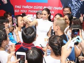Chỉ đi chấm thi thôi Phạm Hương cũng khiến đám đông... tắc thở