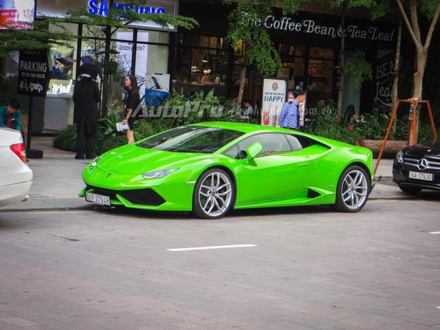 Trong garage nhà Phan Thành, siêu xe Lamborghini Huracan LP610-4 không chỉ gây ấn tượng với bộ áo xanh cốm nổi bật mà còn đặc biệt hơn cả vì đây là món quà mừng sinh nhật mà cậu em trai Phan Hoàng được gia đình tặng.