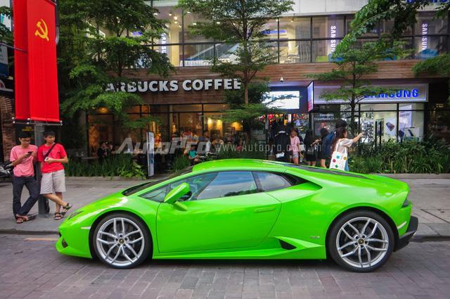 Sở hữu ngoại thất ấn tượng màu xanh cốm, siêu bò Lamborghini Huracan của nhà Phan Thành nhanh chóng thu hút khá nhiều sự chú ý của các bạn trẻ cũng như du khách nước ngoài dạo chơi tại đây.