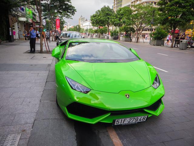 Tại Việt Nam, hiện đã có 10 chiếc Lamborghini Huracan LP610-4 được đưa về nước. Trong đó, có 3 chiếc màu xanh cốm. Hiện chiếc Lamborghini Huracan của nhà Phan Thành là siêu bò duy nhất còn giữ bộ áo zin. Trong khi đó, hai chiếc còn lại một đã dán nóc đen và thay đổi bộ áo màu xanh dương crôm để tạo sự khác biệt.