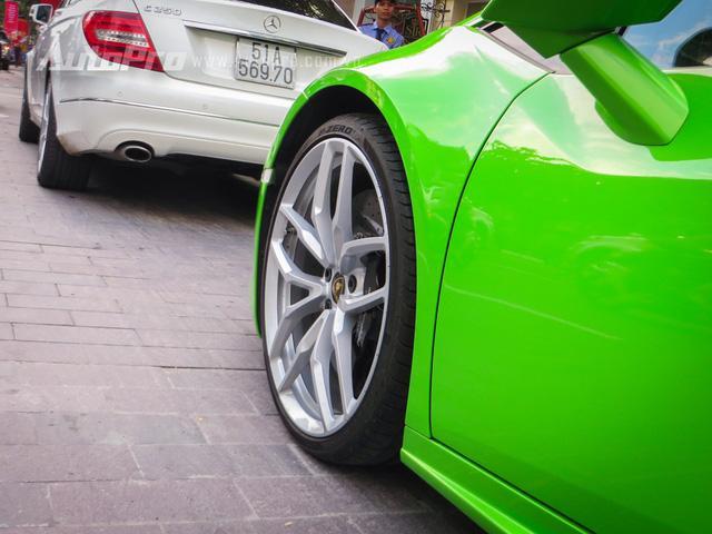 Ngoài Lamborghini Huracan LP610-4 xanh cốm, garage của gia đình Phan Thành còn có một bộ sưu tập xe thuộc hàng khủng tại Việt Nam với Ferrari F12 Berlinetta, Ferrari 488 GTB, McLaren 650S Spider, Audi R8 V10 Plus, Bentley Continental GT Speed, BMW i8 hay bộ đôi Rolls-Royce Phantom và Wraith.