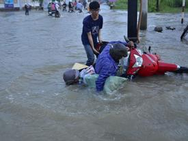 """TP.HCM: Nước ngập đến yên xe, dân vật vã """"bơi"""" đi làm, đi học"""