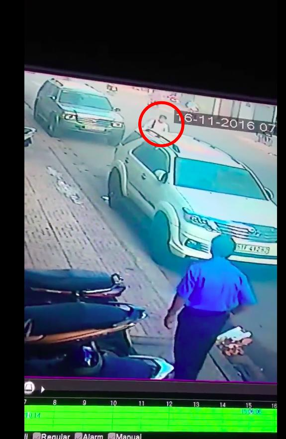 Clip: Vụ cướp giật giữa Sài Gòn khiến nạn nhân ngã gãy xương vai - Ảnh 1.