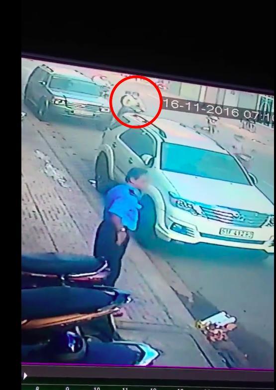 Clip: Vụ cướp giật giữa Sài Gòn khiến nạn nhân ngã gãy xương vai - Ảnh 2.