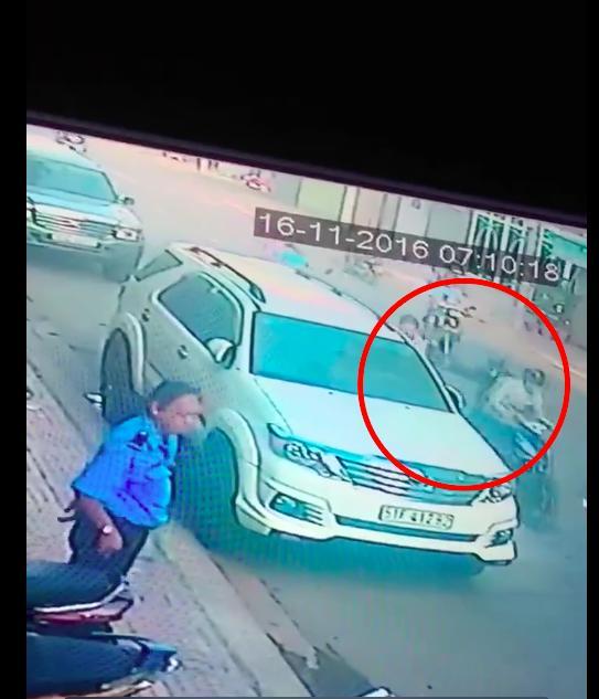Clip: Vụ cướp giật giữa Sài Gòn khiến nạn nhân ngã gãy xương vai - Ảnh 3.