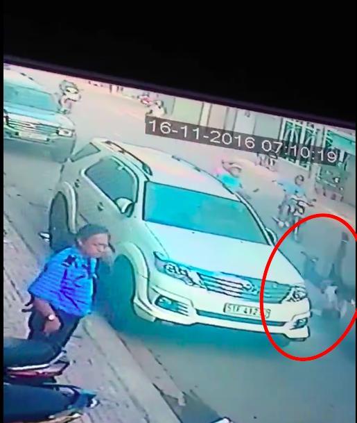 Clip: Vụ cướp giật giữa Sài Gòn khiến nạn nhân ngã gãy xương vai - Ảnh 4.
