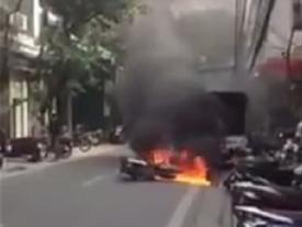 Hà Nội: Bà cụ dũng cảm lao vào dập lửa xe máy đang cháy ngùn ngụt