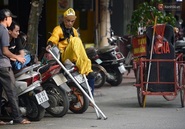 Clip: Tôn Ngộ Không đi cà kheo, múa gậy, tỉa hoa quả giữa đường phố Hà Nội - Ảnh 2.