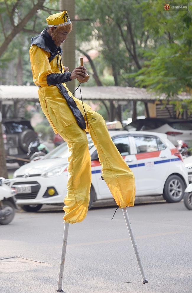 Clip: Tôn Ngộ Không đi cà kheo, múa gậy, tỉa hoa quả giữa đường phố Hà Nội - Ảnh 13.