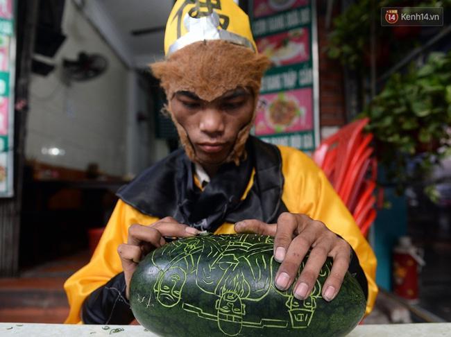 Clip: Tôn Ngộ Không đi cà kheo, múa gậy, tỉa hoa quả giữa đường phố Hà Nội - Ảnh 14.