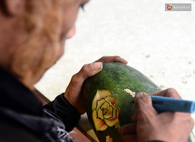 Clip: Tôn Ngộ Không đi cà kheo, múa gậy, tỉa hoa quả giữa đường phố Hà Nội - Ảnh 15.