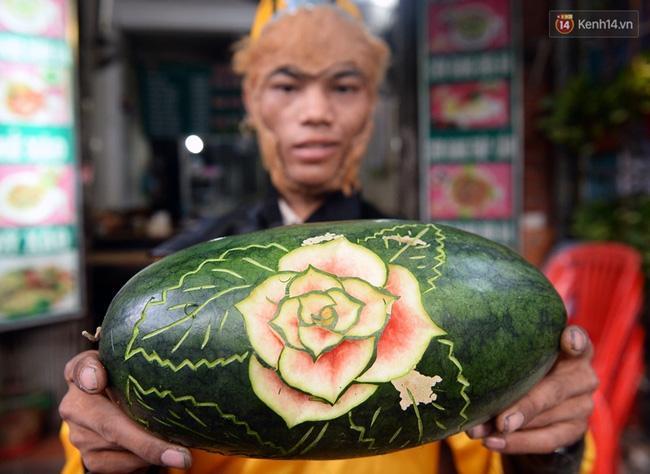 Clip: Tôn Ngộ Không đi cà kheo, múa gậy, tỉa hoa quả giữa đường phố Hà Nội - Ảnh 16.