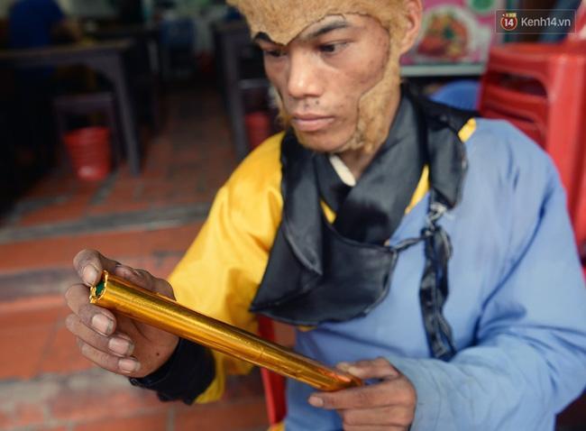 Clip: Tôn Ngộ Không đi cà kheo, múa gậy, tỉa hoa quả giữa đường phố Hà Nội - Ảnh 3.