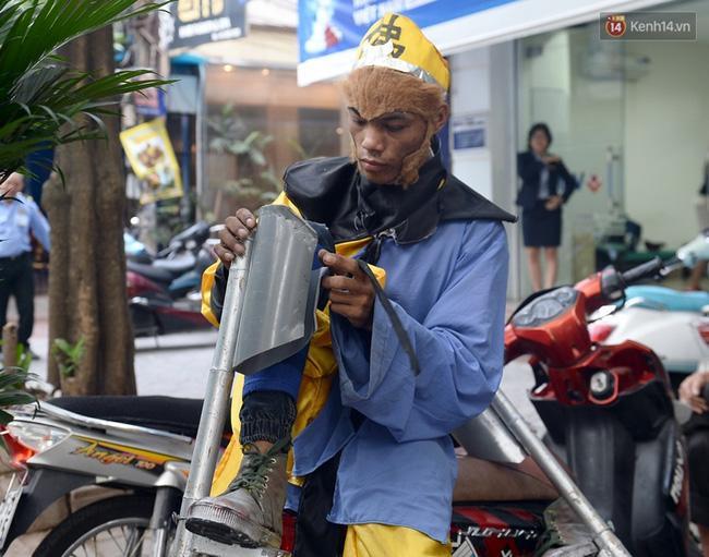 Clip: Tôn Ngộ Không đi cà kheo, múa gậy, tỉa hoa quả giữa đường phố Hà Nội - Ảnh 4.