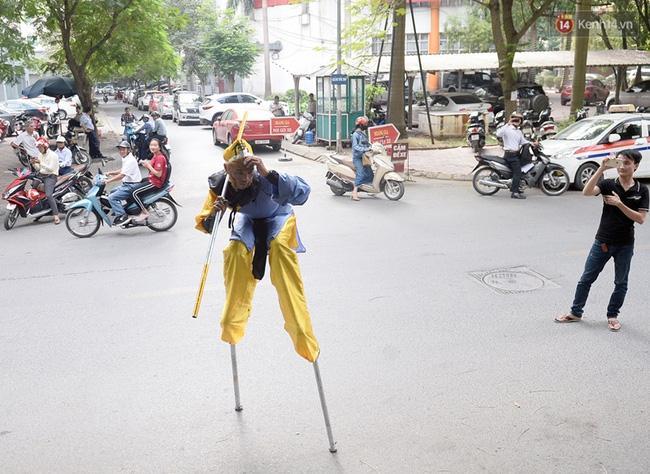 Clip: Tôn Ngộ Không đi cà kheo, múa gậy, tỉa hoa quả giữa đường phố Hà Nội - Ảnh 7.