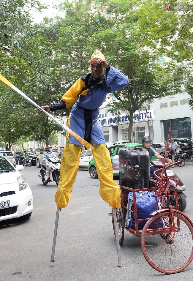 Clip: Tôn Ngộ Không đi cà kheo, múa gậy, tỉa hoa quả giữa đường phố Hà Nội - Ảnh 8.