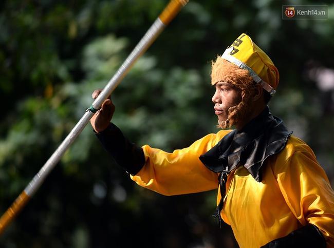 Clip: Tôn Ngộ Không đi cà kheo, múa gậy, tỉa hoa quả giữa đường phố Hà Nội - Ảnh 9.