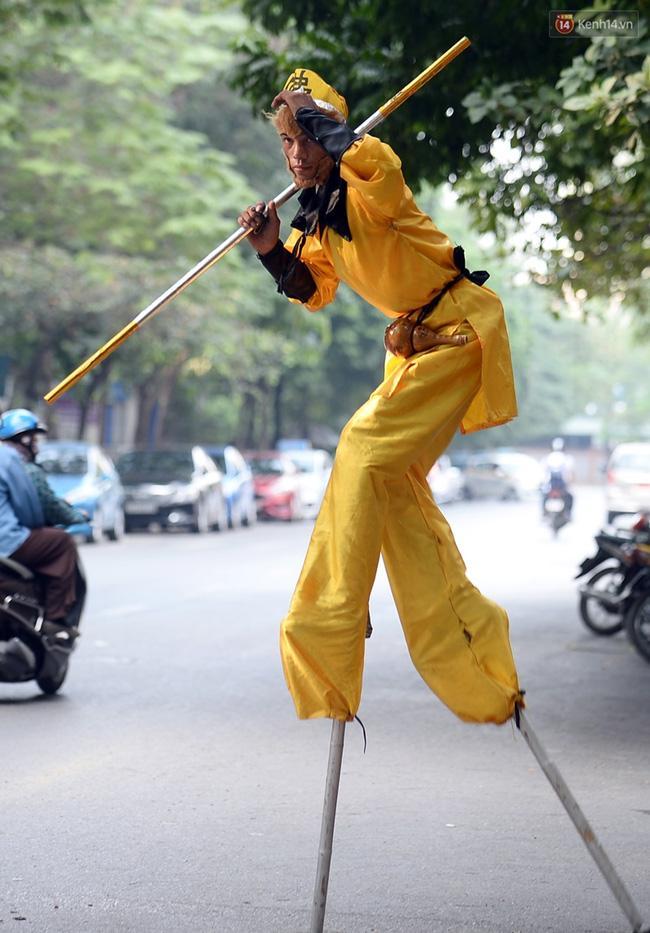 Clip: Tôn Ngộ Không đi cà kheo, múa gậy, tỉa hoa quả giữa đường phố Hà Nội - Ảnh 10.
