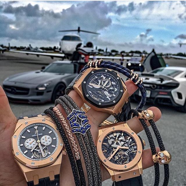 Bộ ba siêu đồng hồ đến từ hai thương hiệu đình đám Audermars Piaget và Hublot xuất hiện tại sân bay riêng của một đại gia, cùng với dàn siêu xe và phi cơ riêng. Bức ảnh thực sự là một kiệt tác nghệ thuật khi hội tụ đầy đủ mọi yếu tố về cuộc sống xa hoa của một tay chơi đích thực.
