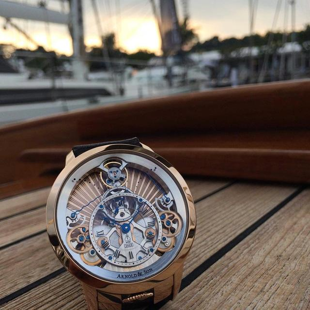 Ngắm hoàng hôn cùng với siêu đồng hồ mang tên Time Pyramid đến từ thương hiệu danh tiếng Arnold & Son. Chiếc đồng hồ có lối thiết kế vô cùng tinh tế khi bộ chuyển động đuọc lấy ý tưởng từ hình ảnh những kim tự tháp của người Ai Cập cổ. Với vẻ đẹp đầy lịch lãm và tinh tế, Arnold & Son Time Pyramid luôn là cái tên hàng đầu được các tín đồ yêu đồng hồ trên toàn thế giới săn đón.