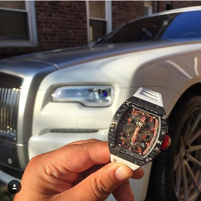 Mẫu đồng hồ siêu đắt Richard Mille xuất hiện đầy phong cách và cá tính bên cạnh siêu xe Rolls Royce Wraith trắng ngà. Thiết kế của Richard Mille luôn mang một sức hút không thể chối từ dành cho các tín đồ đam mê sưu tập đồng hồ.
