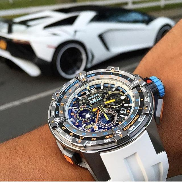 Một đại diện khác đến từ nhà Richard Mille mang số hiệu RM 60-01 Regatta Flyback Chronographs Bedecked. Là chiếc đồng hồ được thiết kế dành riêng cho giải đua thuyền buồn Les Voiles de Saint Barth tại Carribean. Richard Mille 60-01 chỉ được sản xuất với số lượng 50 chiếc với giá 150,000 USD (khoảng 3,3 tỉ đồng).