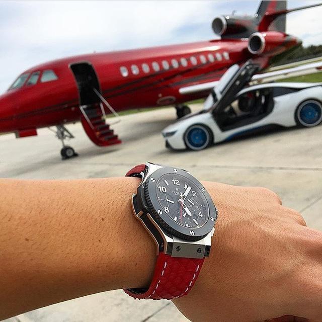 Thông thường những tay chơi hay kết hợp những chiếc đồng hồ giá trị của mình với những cỗ siêu động cơ 4 bánh. Nhưng ở thời đại ngày nay, không điều gì là không thể. Trên ảnh là một tay chơi đồng hồ xuất hiện cùng chiếc Hublot Bigbang với dây da đỏ cá tính, ton-sur-ton với chiếc máy bay được sơn đỏ vô cùng nổi bật của mình. Đây thực sự là cách chơi đồng hồ vô cùng nổi bật và chịu chơi của vị thiếu gia này.