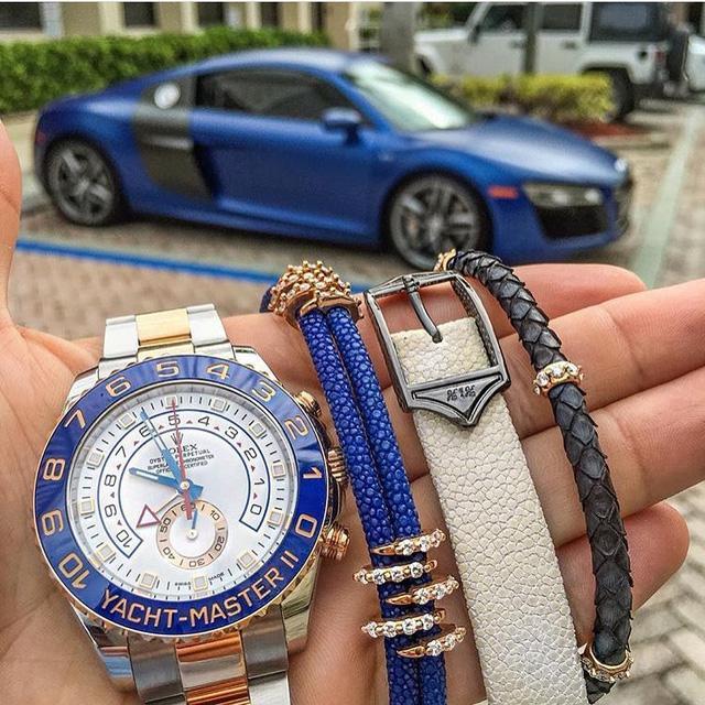 Chiếc Rolex Yatch-Master 2 xuất hiện bện cạnh những chiếc vòng Sting HD thời thượng – món đồ chơi được các đại gia săn lùng trong thời gian gần đây. Đằng xa, chiếc Audi R8 màu xanh dương vô cùng nổi bật và ăn nhậm cùng với chiếc Rolex và các trang sức phụ kiện. Với sự kết hợp đầy tinh tế và sáng tạo, chắc chắn vị thiếu gia na sẽ dễ dàng nổi bật giữa đám đông và thu hút mọi ánh nhìn của các quý cô.