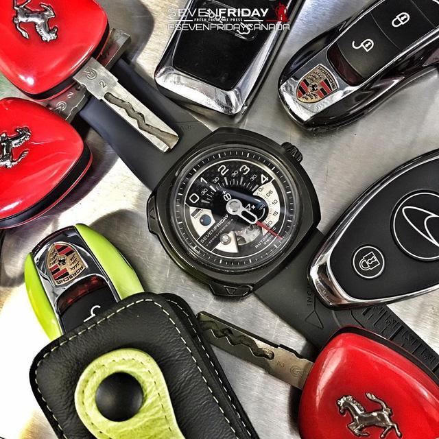 """Được mệnh danh là """"little toys"""" của giới nhà giàu, những chiếc đồng hồ của SevenFriday luôn được các tín đồ yêu đồng hồ săn đón một cách ráo riết. Các sản phẩm của Sevenfriday luôn mang tinh thần của sự táo bạo và sáng tạo trong lối thiết kế và cách xem giờ không ngừng đổi mới. Chiếc SevenFriday V3/01 là một trong nhũng đại diện tiêu biểu của nhà SevenFriday, xuất hiện đầy lôi cuốn bên cạnh những chiếc chìa khoá của các siêu ngựa Ferarri, Porche và McLaren"""