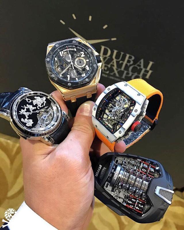 Trên tay quý ông là các đại diện hàng đầu của ngành chế tác đồng hồ hiện đại. Bức ảnh được cho là kinh điển khi hội tụ các siêu phẩm, được kể đến như: Richard Mille RM 27-02 – chiếc đồng hồ siêu nhẹ được Rafael Nadal tin dùng trong thi đấu, hay Hublot Le Ferrari. Những siêu phẩm này thể hiện tinh thần sáng tạo không ngừng nghỉ, cùng với đó thể hiện sự tinh xảo và công nghệ chế tác đồng hồ Thuỵ Sỹ đã vươn lên một tầm cao hoàn toàn mới.