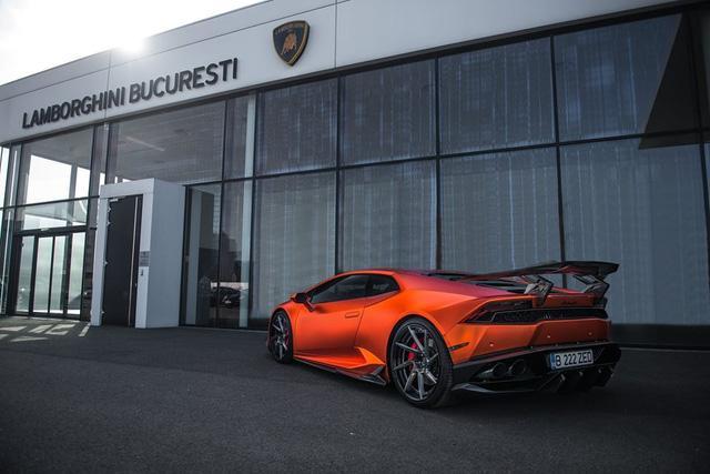 Vòng ra phía đuôi xe, chiếc Lamborghini Huracan LP610-4 nhận được khá nhiều nâng cấp đáng chú ý như một cánh lướt gió cố định cỡ lớn tương tự các mẫu xe đua và cản va sau hoàn toàn mới. Các trang bị này đều sử dụng chất liệu carbon làm thiết kế. Nâng cấp đáng chú ý khác là ống xả độ Fi.