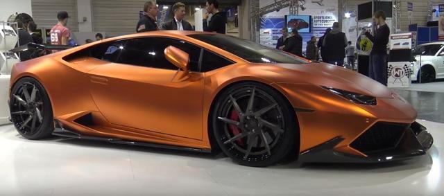 Cụ thể, chiếc Lamborghini Huracan LP610-4 được trang bị một bộ cánh lướt gió cỡ lớn phía trước và bên hông xe khá hầm hố bằng sợi carbon.