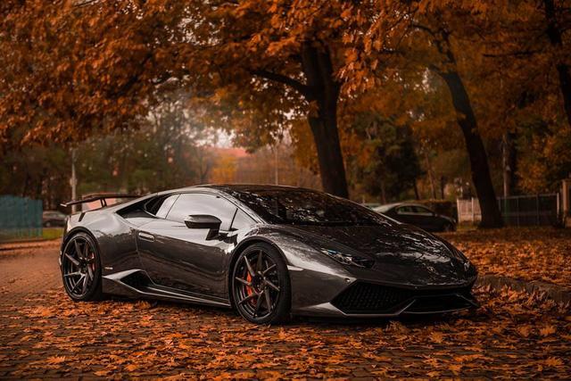Trước khi được khoác áo đề-can màu đồng nhám để trưng bày tại triển lãm Essen 2016, siêu bò Lamborghini Huracan có bộ áo nguyên bản màu xám titan.