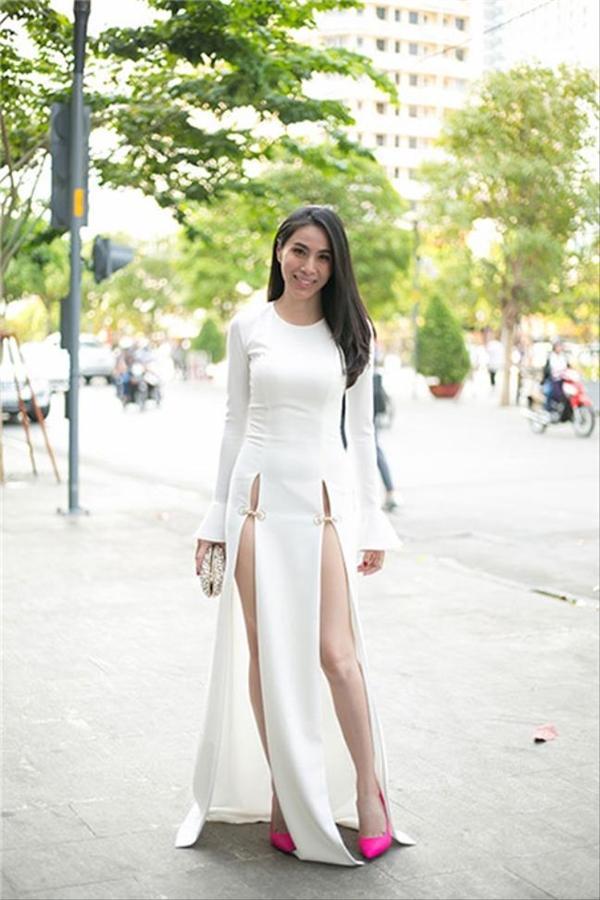 Bộ váy xẻ tà sâu hun hút từng khiến Thủy Tiên nhận nhiều ý kiến không hay khi tham gia một buổi tiệc thời trang.