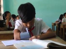 Cảm phục cậu bé cụt tay viết ước mơ bằng ống nhựa