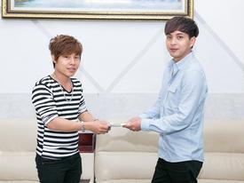 Hồ Quang Hiếu trao 20 triệu cho chàng trai bán kẹo kéo có giọng hát giống mình