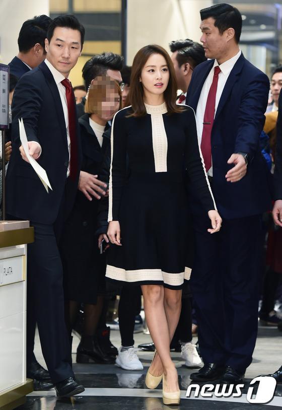 Kim Tae Hee gây náo loạn trung tâm mua sắm vì... quá đẹp - Ảnh 4.