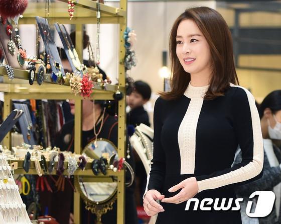 Kim Tae Hee gây náo loạn trung tâm mua sắm vì... quá đẹp - Ảnh 8.