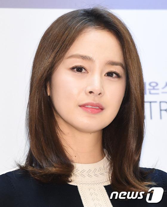 Kim Tae Hee gây náo loạn trung tâm mua sắm vì... quá đẹp - Ảnh 13.