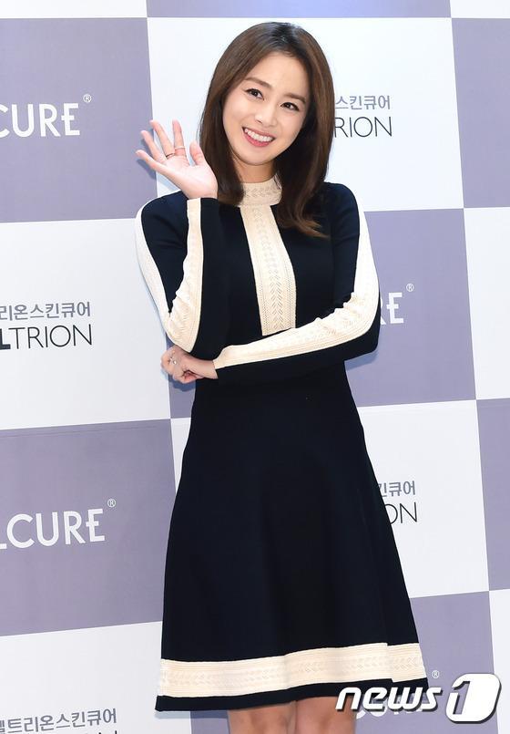 Kim Tae Hee gây náo loạn trung tâm mua sắm vì... quá đẹp - Ảnh 11.
