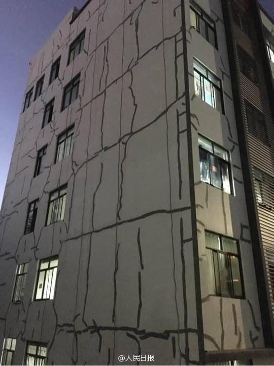Trung Quốc: Sinh viên kinh hồn bạt vía khi ký túc xá nứt toác, nhà trường cho dính băng keo - Ảnh 2.