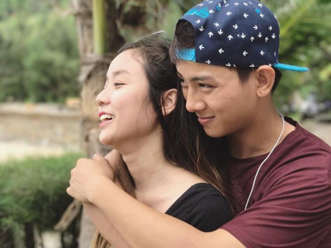 Bị khán giả phản đối, gia đình can ngăn, Hoài Lâm vẫn tiếp tục đăng ảnh nắm chặt tay bạn gái - Ảnh 3.